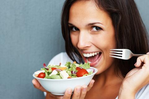 salátát falatozó hölgy