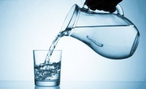 pohárba kancsóból vizet öntenek